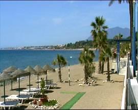 Tussen Torremolinos en Marbella vind U een groot aantal verschillende stranden. Bij praktisch iedere afslag tussen deze twee plaatsen is er wel een te vinden. Druk met allerlei voorzieningen zoals een bar of ligstoelen, of wat rustiger. Mijn persoonlijke favoriet is het strand van Cabopinas.