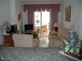 Gezellige woonkamer met SAT-HDTV - CD/DVD, gratis wifi en airco , vloerverwarming in de winter.