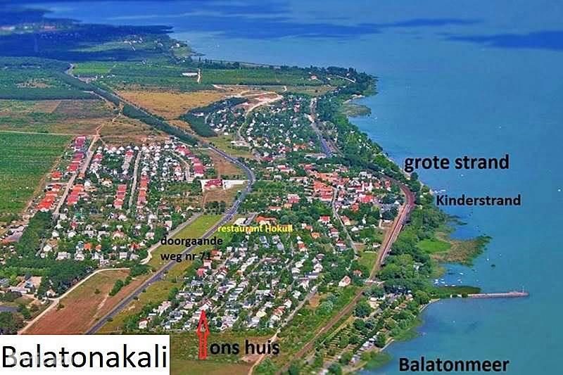 Hier ziet u ons dorp Balatonakali vanuit de lucht. Het is goed te zien dat ons huis heel dicht bij het Balatonmeer staat!