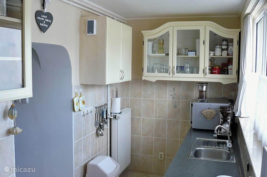 Onze fijne keuken grenst aan de woonkamer. U mag gebruik maken van de kruiden die in een keukenkast staan.