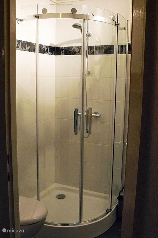 De douchecabine heeft een afmeting van 90x90 cm.