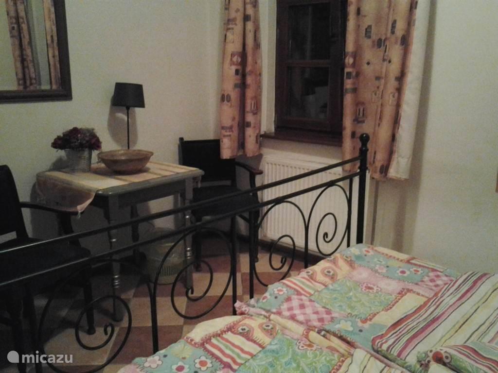 Een van de twee kamers die bijgehuurd kunnen worden. Deze kamers hebben een gedeelde douche en toilet