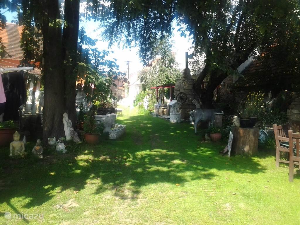 Stukje van de (gemeenschappelijke) tuin.