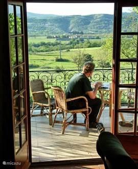 In de vroege ochtend een snel ontbijtje op de veranda, genietend van het uitzicht.