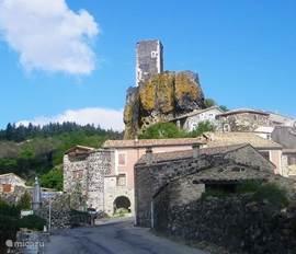 Rechtdoor rijdt u hier het dorp Mirabel binnen, linksaf gaat naar Darbres.