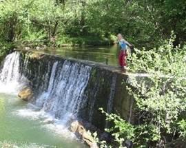 De rivier de Gladuègne, met waterval. In de buurt van Tarnondette (ca. 3 km).