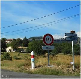 Komende van Villeneuve-de-Berg, evenals van St. Jean-le-Centenier, rijdt u hier richting Mirabel. Het eerste huis aan de rechtse kant is Tarnondette.