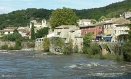 De rivier de Ardèche met Vogüé (ca. 10 km).