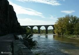Een van de vele spoorbruggen, waar het toeristisch treintje dagelijks over heen rijdt. Dit is ook bij Vogüé.