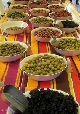 Op de markt: olijven van de Ardèche!