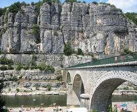 De rivier Ardèche bij Balazuc, met het strand beneden de brug. Ca. 14 km. van Tarnondette.