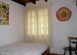 De tussen slaapkamer met bed van 140 x 200. Een schoon hoeslaken wordt door onze huisbewaarster klaar gelegd, als u dit bed nodig heeft.