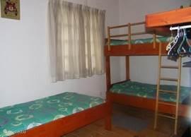De kinder slaapkamer met 3 bedden van 90 x 200. Voor het aantal bedden dat u nodig heeft, legt de huisbewaarster de hoeslakens klaar.