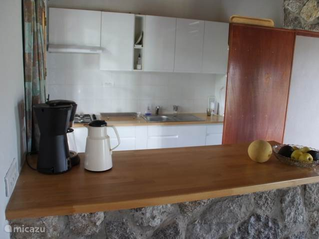 Kijkje in de keukenhoek, foto gemaakt vanuit de eethoek (een beetje moeilijk te fotograferen).