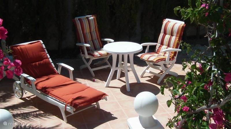 Een van de vier terrassen waar je heerlijk kunt relaxen.