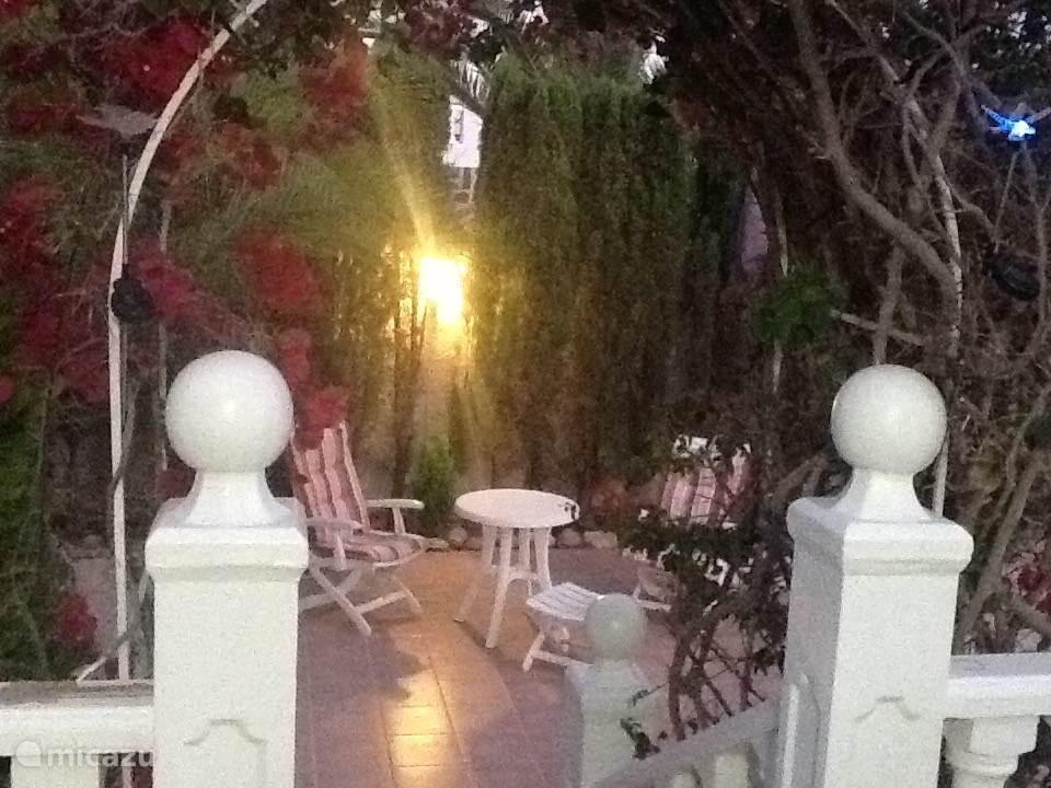 Verlicht terras in de tuin