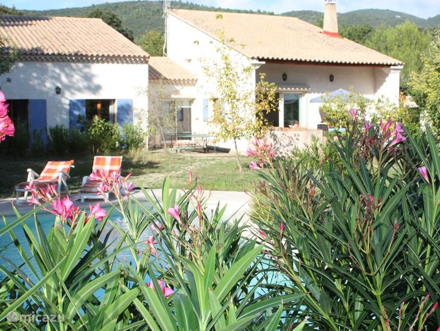 This beautiful and spacious fully detached villa on 7200 m2 with 215 m2 living area and private pool 5x10 m lies in the nature of the Petit Luberon.