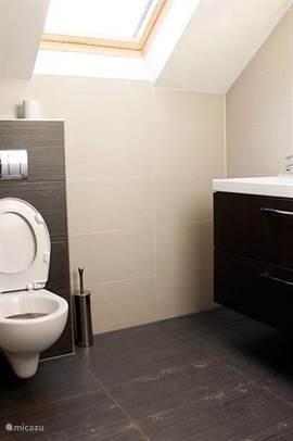De villa beschikt over 3 badkamers (2 met douche en 1 met ligbad). Er zijn 3 toiletten waarvan 1 separaat.