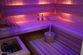 Het is lekker genieten in de ruime sauna!