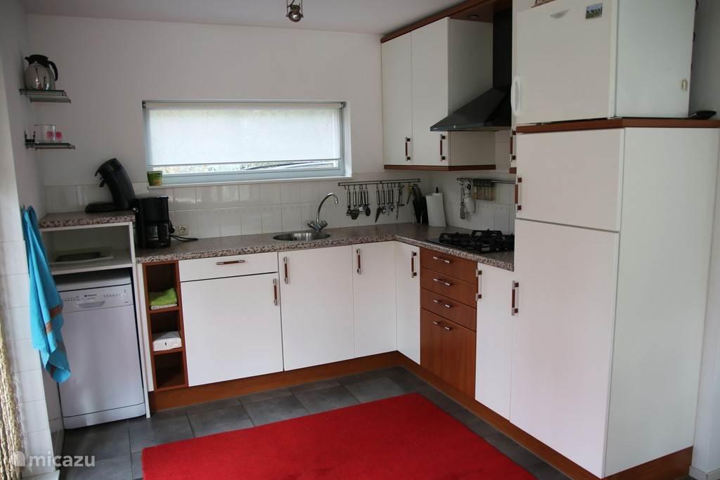 Moderne keuken van alle gemakken voorzien.