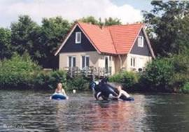 Aan de voet van een meer in een klein park zo'n beetje in het hartje van Drenthe staat dit luxe landhuis MET SAUNA. Het heeft een fraai uitzicht over het water en vismogelijkheden. Met 4 slaapkamers is het geschikt voor 1 - 9 personen.