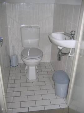 Op de benedenverdieping is een aparte toilet