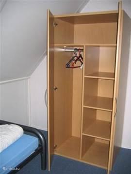 Voor elke kamer is een ruime kast aanwezig