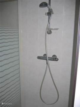 Plus een aparte douche, boven is een tweede douche plus tweede toilet aangebracht