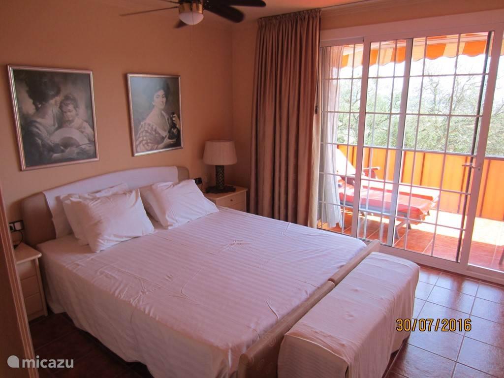 De grote slaapkamer met een dubbelbed van 2.10 x 1.80 m. Directe toegang tot het balcon