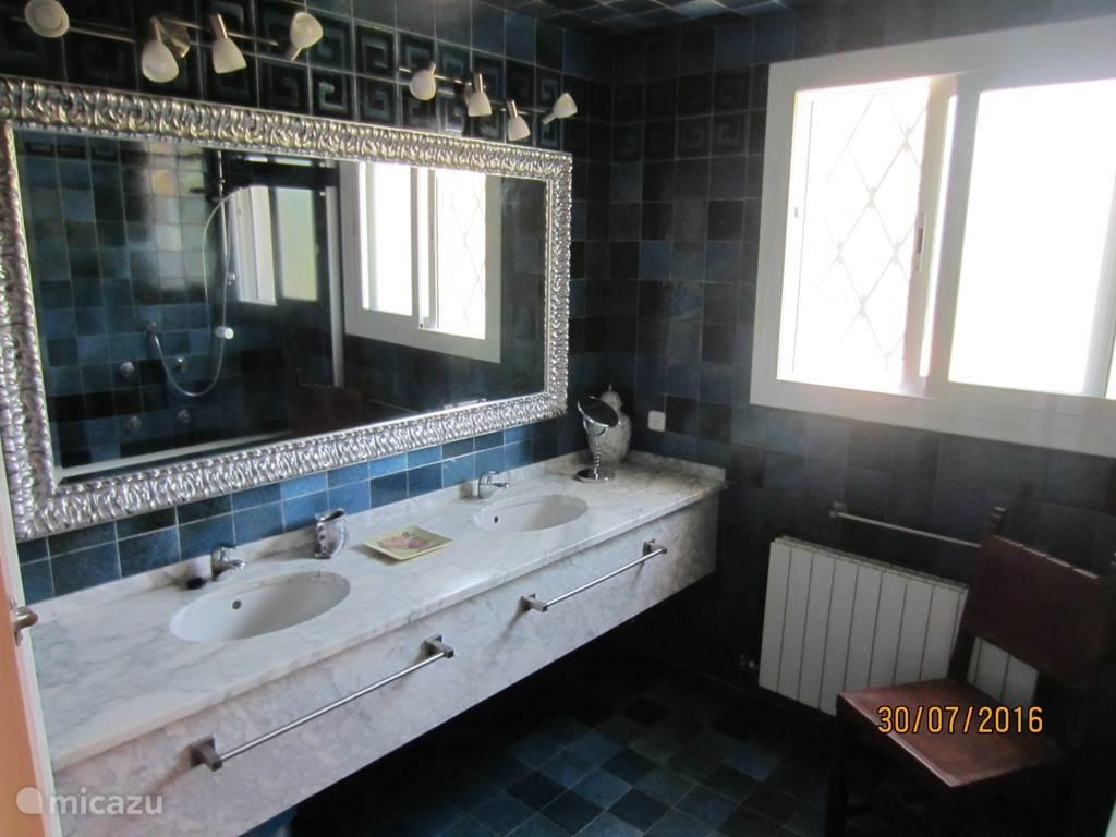 De grote badkamer die hoort bij de grote slaapkamer.