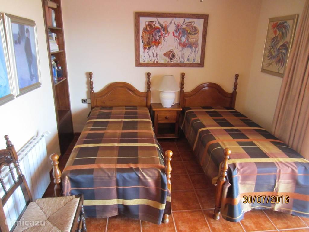 De andere slaapkamer. De twee bedden kunnen tot een volwaardig twee persoons bed worden omgebouwd