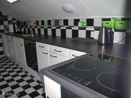De keuken is voorzien van een keramische kookplaat, oven, afwasmachine, een magnetron en nog veel meer....