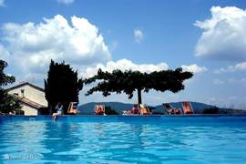 Zwembad dat uitkijkt over de heuvels van de Cevennes