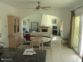 Woonkamer, modern ingericht en van alle gemakken voorzien. Leren bank bankstel met 2 leren comfort stoelen. Aansluitend moderne keuken en zwembadterras.