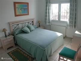De drie slaapkamers zijn voorzien van airco's en van prima bedden en royale wandkasten. De slaapkamer op de 1e verdieping heeft toegang tot een open terras met fraai uitzicht. Uiteraard is er voor de overwinteraar tevens centrale verwarming.