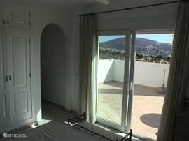 Op de 1e etage bevindt zich aansluitend op de slaapkamer met badkamer en suite een groot buitenterras met prachtig wijds uitzicht.