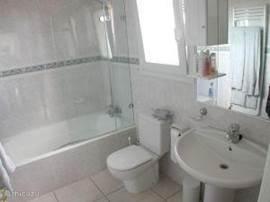 Er zijn twee luxe badkamers met ligbad/douche, toilet, wastafel en CV-verwarming. een op de b.g.g. en een op de 1e verdieping.