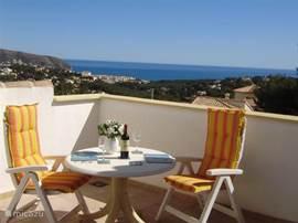 Vanaf zwembadterras een prachtig uitzicht op de Middelandse Zee en de omgeving.