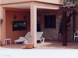 Groot terras, overdekt en open terras direct aan het zwembad. Luxe barbeque aanwezig