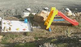 Het speelhoekje voor de kleintjes .. zichtbaar vanaf uw terras,