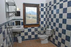 De badkamer van ons aangepaste huisje .. brede deuropeningen .. beugels .. geen drempels .. wcverhoger en bedophoging mogelijk.
