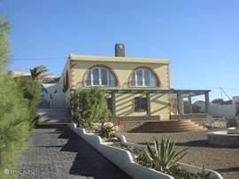 Strandhuis  met vele terrassen en afgesloten tuin van 3500 m2, gebouwd op het strand nabij Almerimar, 30 m. vanaf de Middellandsezee.