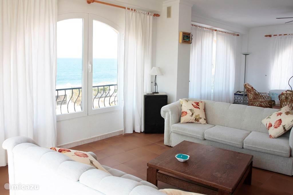 De porche kamer met zee en strandzicht.
