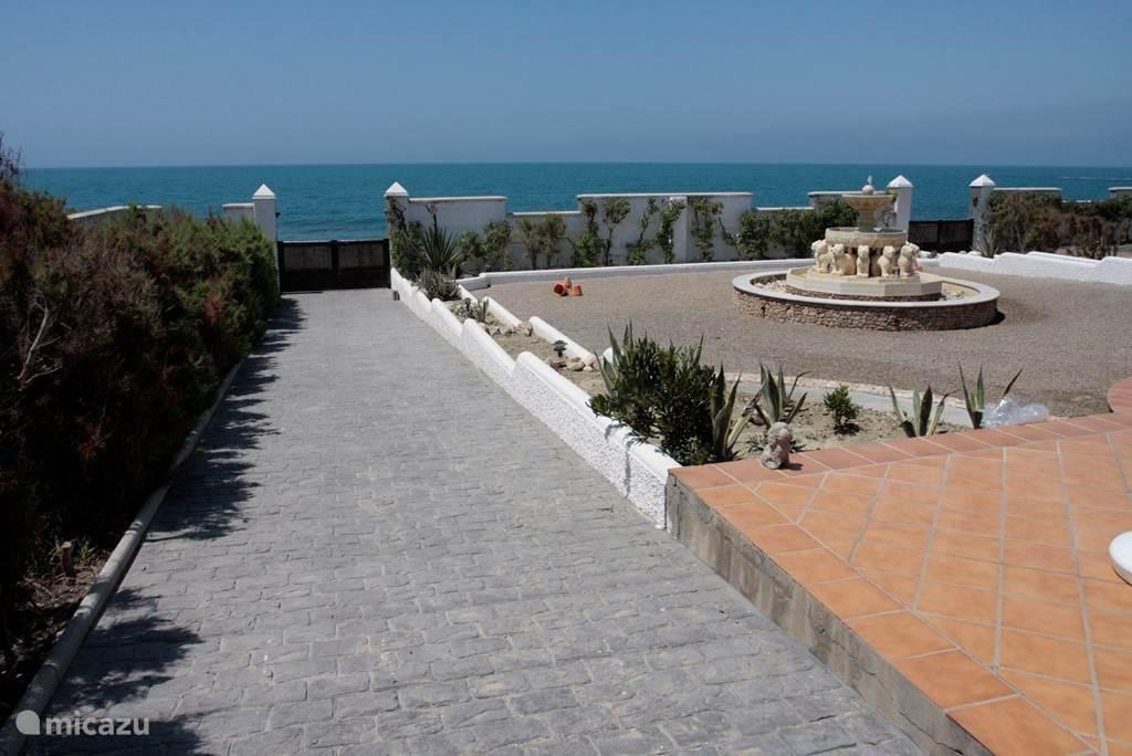 Linker strandopgang met fontein en zeezicht