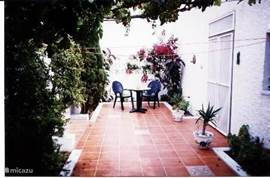 patio boventuin ideal voor het ontbijt buiten.