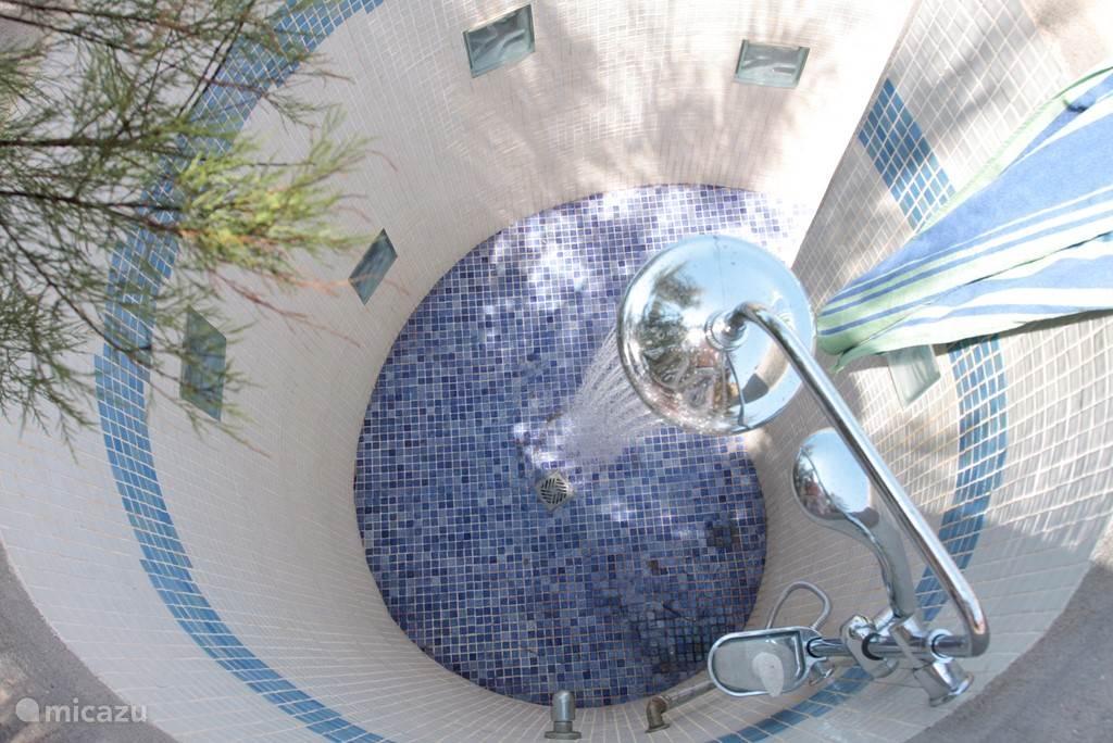 Bovenzicht van de buiten douche