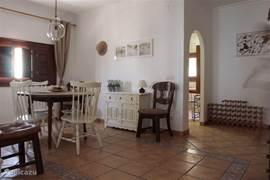 Ruime eetkamer met 8 stoelen en uitschuifbare tafel.