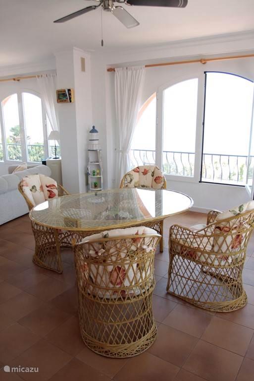 Zithoek in de porchekamer met uitzicht op het strand