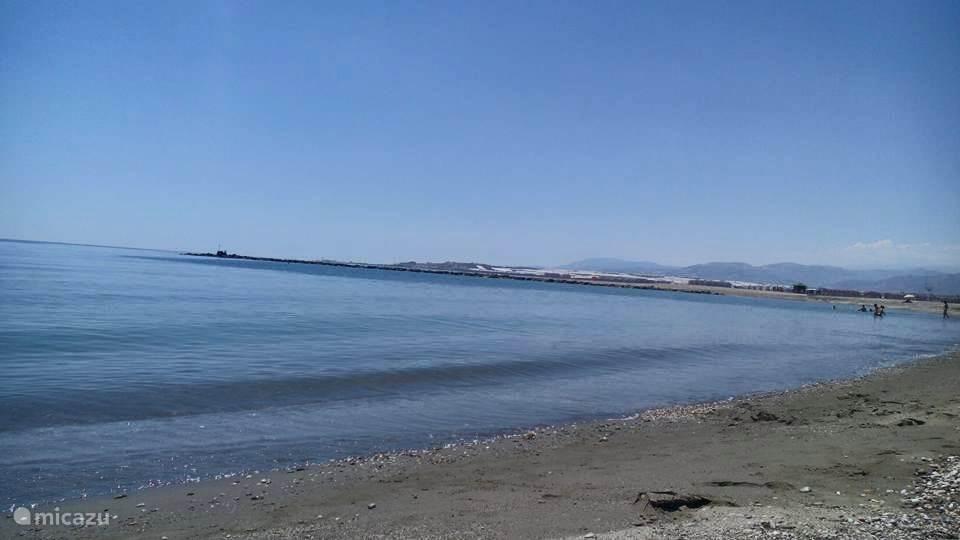 Strand met zicht richting het dorpje Balerma