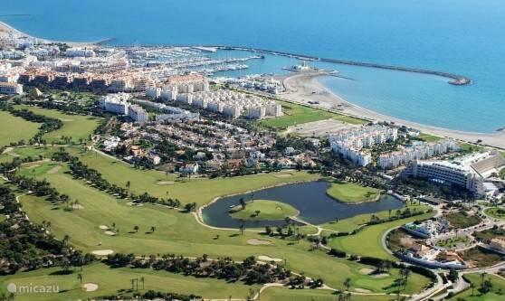 Luchtfoto van de Jachthaven met Golfbaan